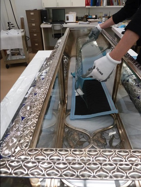 Fitting the new curved glass side panel – the replacement of a missing element