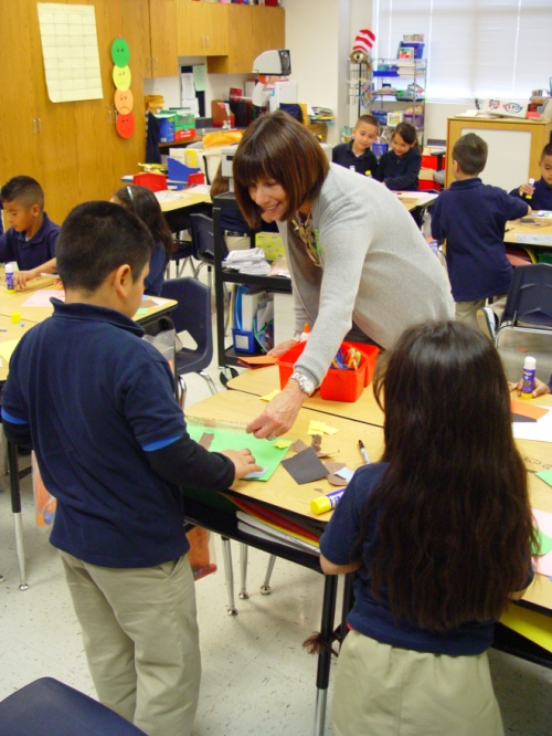 Go van Gogh® volunteer Karen Wyll leads a hands-on activity at Rosemont Elementary.