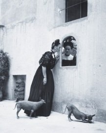 Image sourced from: http://www.radiopaula.cl/wp-content/uploads/2015/10/frida-khalo-and-dogs.jpg